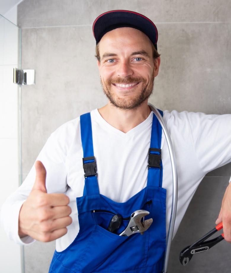 Installateur sympathisch Lachend bei der Arbeit